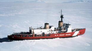 Tàu phá băng Polar Star của lực lượng tuần duyên Mỹ. Ảnh chụp tại Nam cực ngày 4/4/1999.