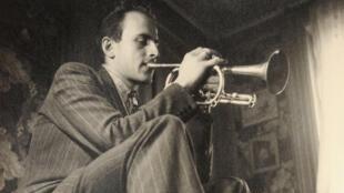 Boris Vian, grand passionné de jazz, ici à la trompette.