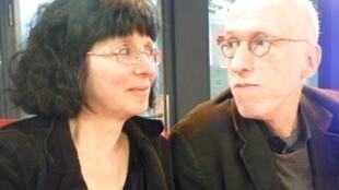 Laura y Ricardo Nilni en los estudios de RFI en París.