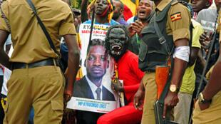 Des partisans de Bobi Wine lors de sa prestation de serment comme député le 11 juillet 2017 à Kampala, en Ouganda.