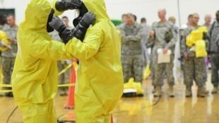 Soldados norte-americanos são treinados para enfrentar a epidemia de Ebola.
