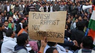 Protesto desta segunda-feira em Nova Délhi contra a reação policial dos manifestantes que chamam a atenção da justiça contra o grupo de jovens que estuprou uma mulher.