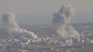 Bombardeio da Força Aérea da Síria contra a cidade de Idlib nesta quarta-feira.