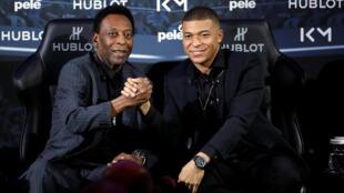 Pelé durante encontra com Kylian Mbappé em Paris.
