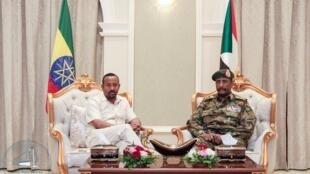 Waziri Mkuu wa Ethiopia Abiy Ahmed (Kushoto) na kiongozi wa kijeshi nchini Sudan Jenerali Abdel Fattah al-Burhan (Kushoto) wakikutana jijini Khartoum June 07 2019