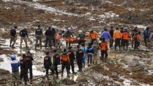 Resgate de vítimas do deslizamento de terra na Indonésia.