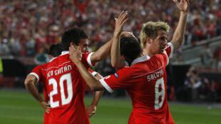 Salvio (centro) del Benfica festeja su gol contra el PSV Eindhoven junto a sus colegas Favio Coentrao(derecha) y Nicolas Gaitan, durante el partido jugado en Lisboa el 7 de abril de 2011