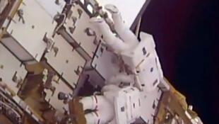 2017年1月13日在国际空间站外进行太空行走的法国宇航员托马斯-佩斯凯(Thomas Pesquet5 (下) 和美国宇航员 肖恩•金布罗(Shane Kimbrough) (上) 。