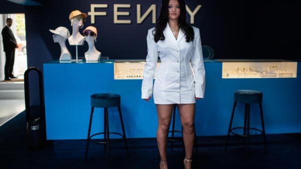 Rihanna posa durante evento promocional de sua marca Fenty em Paris, em 22 de maio de 2019.