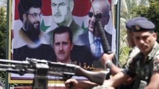 Manifestation de soutien à Bachar el-Assad de Syriens vivant au Liban. Sur l'affiche, on voit notamment le président syrien (centre/bas) et le chef du Hezbollah Hassan Nasrallah (G). Sidon, le 12 mai 2013.
