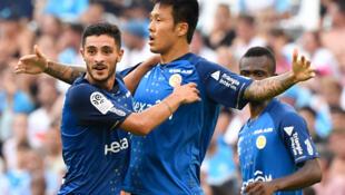 Tiền đạo Hàn Quốc Hyun-Jun Suk (g) của CLB Stade de Reims sau khi ghi bàn trong trận dấu với CLB Olympique de Marseille (OM) trên sân vận động Velodrome ở Marseille trong giải Ligue1, ngày 10/08/2019.