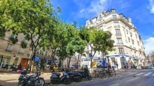 Paris : Góc phố dưới chân đồi Montmartre cấm xe chạy trong ngày