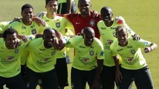 Jogadores da seleção brasileira posam para foto durante treino em Belo Horizonte.