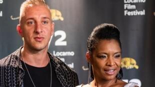 """Realizador Basil da Cunha, à esquerda, e uma das actrizes do seu filme """"O fim do mundo"""" em competição no Festival de cinema de Locarno."""
