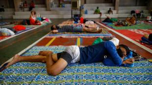Le gymnase d'une école catholique transformé en refuge pour les sans-abri à Manille, le 31 mars 2020.