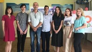 L'auteur Eric Pessan, (2e en partant de la gauche), a rencontré une classe participant aux «Classes Culturelles Numériques» à Tcherkassy (Ukraine).