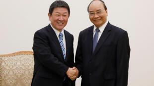 Thủ tướng Việt Nam Nguyễn Xuân Phúc (P) và ngoại trưởng Nhật Bản Toshimitsu Motegi tại Văn phòng Chính phủ ở Hà Nội ngày 06/01/2020.