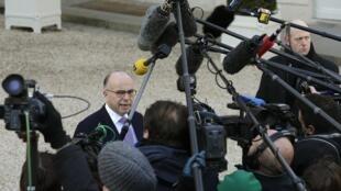 O ministro francês Bernard Cazeneuve