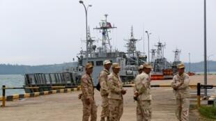 Thủy thủ đứng gác gần các tàu dầu tại căn cứ hải quân Ream, Sihanoukville, Cam Bốt ngày 26/07/2019.