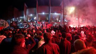 Le match PSG - Dortmund au Parc des Princes s'est joué à huis clos, le 11 mars 2020. Néanmoins, les fans du PSG étaient au rendez-vous à l'extérieur du Parc des Princes.