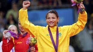 Sarah Menezes conquista ouro inédito para o judô feminino brasileiro.