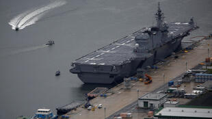 Chiếc tàu chở trực thăng Kaga của Nhật đậu tại căn cứ hái quân Sasebo. Ảnh chụp ngày 06/04/2018.