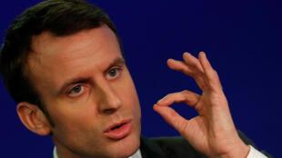 Le candidat à la présidentielle Emmanuel Macron est vivement critiqué par ses rivaux qui l'accusent de faire une politique sans programme.