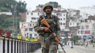 Soldat indien en patrouille au Cachemire, le 5 août 2019.