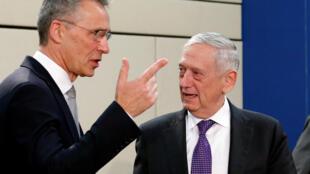 Tổng thư ký NATO Jens Stoltenberg (T) và bộ trưởng Quốc Phòng Mỹ Jim Mattis dự kiến sẽ tham dự các cuộc họp bộ trưởng Quốc Phòng NATO tại trụ sở Liên Minh tại Bruxelles, Bỉ. Ảnh chụp ngày 15/02/2018.