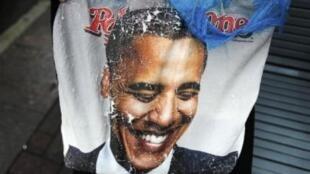 Eleitora segura camiseta com a imagem de Obama nas ruas de Charlotte, na Carolina do Norte, onde começa hoje a convenção democrata.