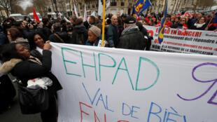 Ngày 30/01/2018, nhân viên các EHPAD - cơ sở chăm sóc người cao tuổi sống lệ thuộc - đồng loạt đình công trên toàn nước Pháp đòi Nhà nước tăng ngân sách để cải thiện điều kiện làm việc của họ và điều kiện sống của người già.