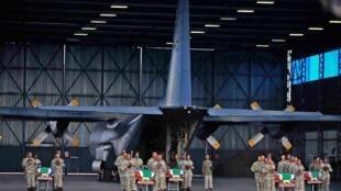 Les corps de 13 soldats sud-africains tués en Centrafrique ont été remis aux familles à la base aérienne de Waterkloof. Pretoria, le 28 mars 2013.