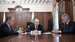 TT Nga Vladimir Putin họp với bộ trưởng Quốc Phòng Sergei Shoigu và ngoại trưởng Sergei Lavrov tại điện Kremlin (Mátxcơva - Nga) ngày 02/02/2019.