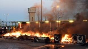 Diante da prisão de Vendin-le-Vieil, uma barricada em fogo, feita de vários materiais  - 16 de Janeiro de 2018