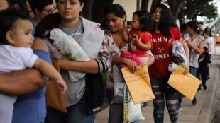 Des femmes en provenance des pays de l'Amérique centrale attendant à la frontière entre les États-Unis et le Mexique.