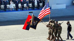 Binh sĩ Mỹ tham gia lễ duyệt binh mừng Quốc Khánh Pháp 14/07 trên đại lộ Champs-Elysée, ngày 14/07/2017.