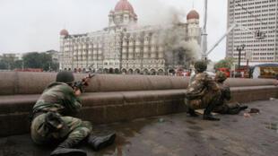 Assaut final des commandos indiensà l'hôtel Taj Mahal de Bombay.