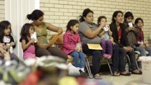 Imigrantes ilegais esperam na igreja do Sagrado Coração, em McAllen, no Texas,  27 junho de  2014.
