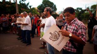 Người dân Cuba đọc dự thảo sửa đổi Hiến pháp, chuẩn bị cho cuộc trưng cầu dân ý. Ảnh chụp ngày 13/08/2018.