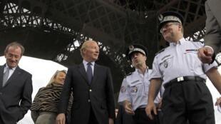 O ministro francês do Interior, Brice Hortefeux visita lugares turísticos ameaçados de atentado.