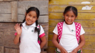 Lupe y Maya estudian en un colegio bilingüe de Valle Bravo, México, gracias a la asociación Mazahua School.