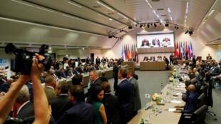 Les quatorze pays de l'Organisation des pays exportateurs de pétrole (Opep) et leurs dix alliés, ce lundi 1er juillet à Vienne.