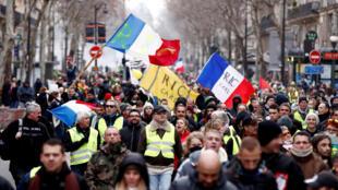 Manifestantes saíram às ruas de Paris pelo nono sábado consecutivo.