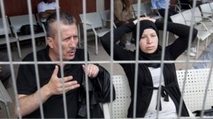 Le militant palestinien Bassem Tamimi, ici avec sa femme Nariman, attend le verdict de son procès, à Ofer, près de Ramallah, le 20 mai 2012.
