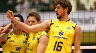 O jogador Lucas Saatkamp comemora junto com a seleção brasileira masculina de vôlei a vitória desta quarta sobre a Rússia.