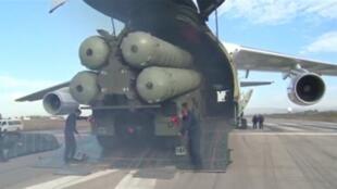 Tên lửa S-400 đang được đưa ra khỏi máy bay tại căn cứ Hmeymim, Syria, ngày 26/11/2015. Ảnh do bộ Quốc Phòng Nga công bố.