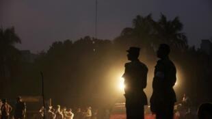 Soldados do exército supervisionam busca por sobreviventes do desabamento do Rana Plaza