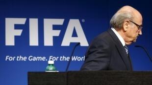 Joseph Blatter renuncia ao cargo de presidente da Fifa.