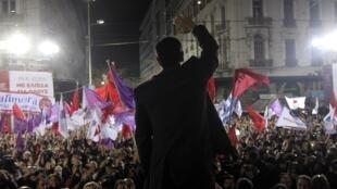 Alexis Tsipras, o líder do partido de extrema-esquerda Syriza, agradece os eleitores durante o último comício da campanha em Atenas nesta quinta-feira à noite (21) em Atenas.