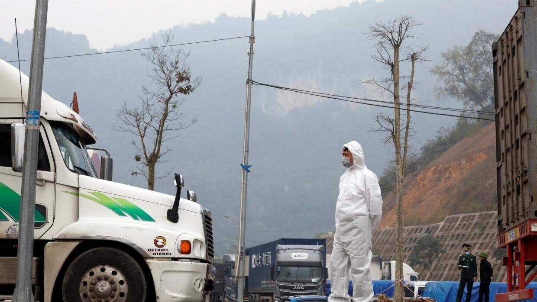 Covid-19 : nhân viên y tế kiểm soát xe chở hàng đến từ Trung Quốc. Ảnh ỏ cửa khẩu Hữu Nghị, Lạng Sơn, ngày 20/02/2020.